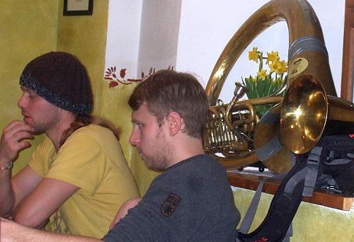 Stefan (Trompete) und Olli (Bass) von LaBrassBanda beim Zoigl