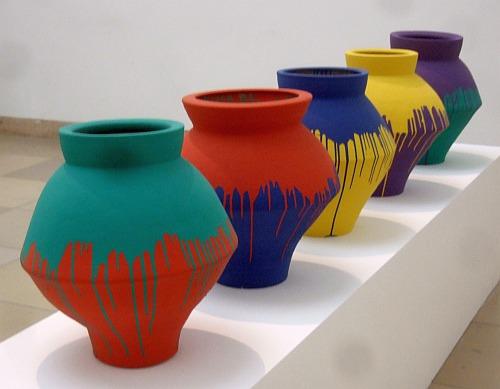 Neolithische Vasen in japanische Industriefarbe getaucht (Ai Weiwei)