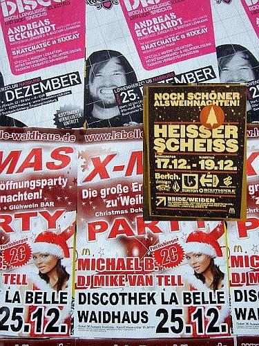 Plakatwände voller Weihnachtsveranstaltungen