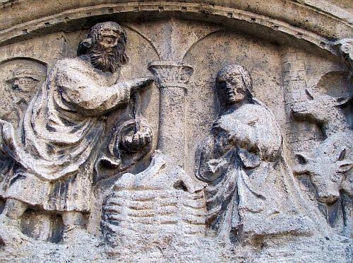 Mittelalterliche Krippendarstellung an der Fassade der Marktkirche St. Christophorus in Bad Abbach